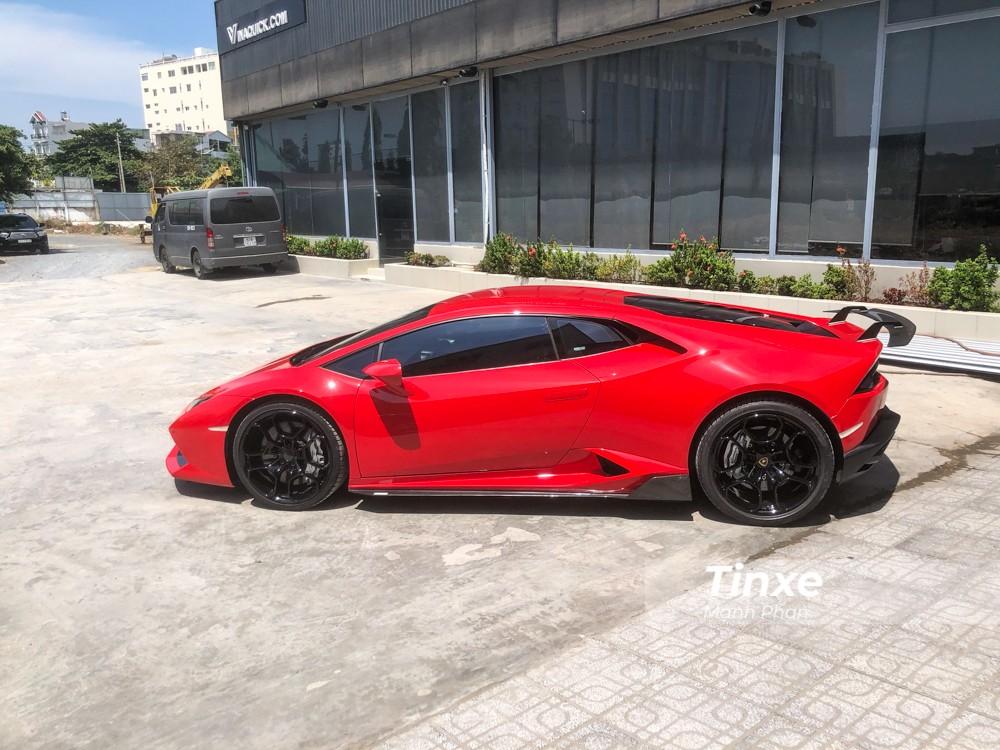 Ban đầu những người thợ gặp khó khăn trong việc tháo bỏ các chi tiết ở dàn áo cũng như nội thất chiếc siêu xe Lamborghini Huracan LP610-4 để sơn đổi màu.