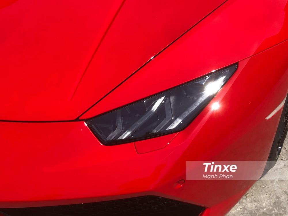 Chưa hết, chiếc siêu xe Lamborghini Huracan LP610-4 mới thay áo sang màu đỏ còn được độ lại ống xả Titanium của hãng IPE nhằm mang đến những âm thanh ấn tượng hơn trước cho siêu bò này.
