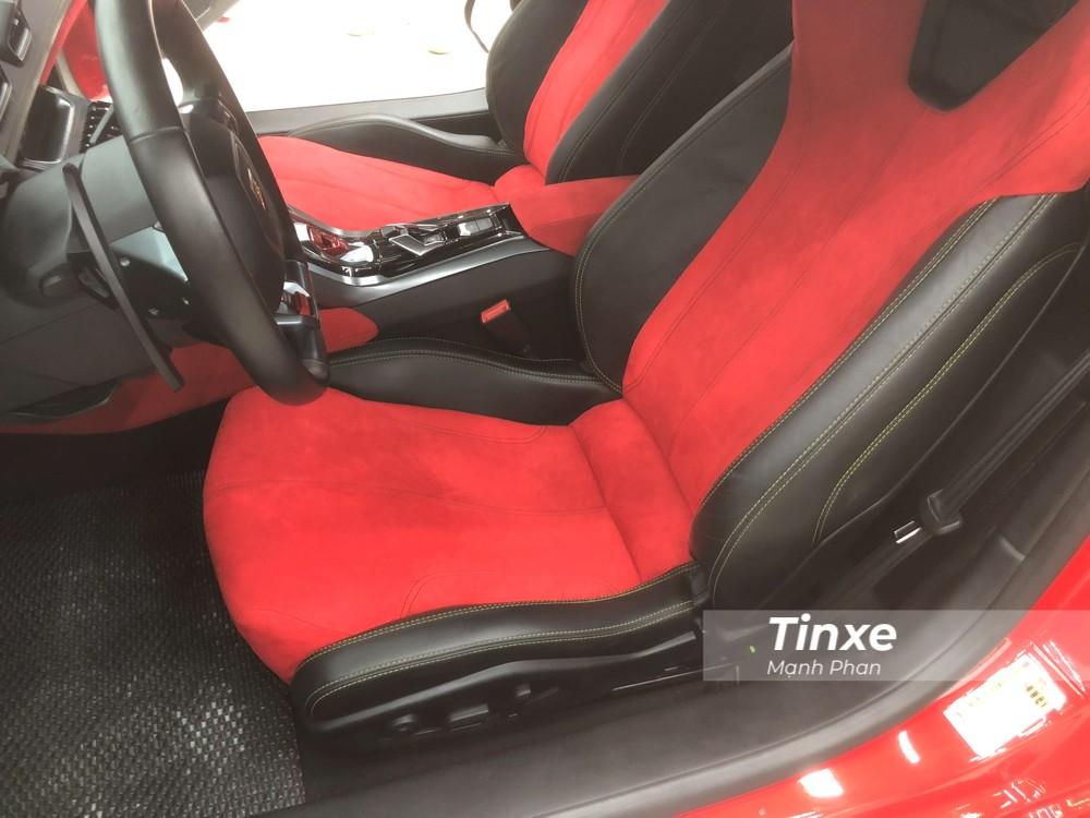 Phần lưng ghế được bọc da Alcantara màu đỏ, hai bên thành ghế bọc da màu đen với chỉ khâu hoàn thành màu xanh cốm. Thực tế ra do sử dụng lại ghế cũ nên vẫn xuất hiện chi tiết chỉ khẩu là màu xanh cốm.