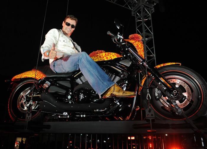 Nghệ sĩ Jack Armstrong cùng chiếc Harley-Davidson Cosmic Starship