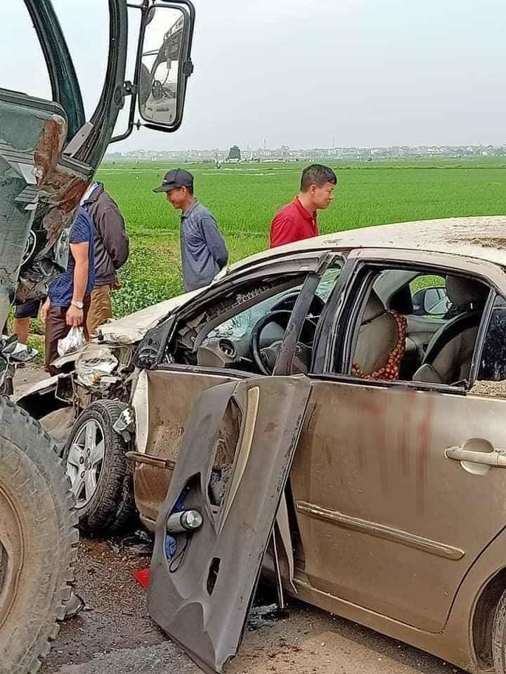 Chiếc Toyota Vios bị hư hỏng nặng sau vụ tai nạn