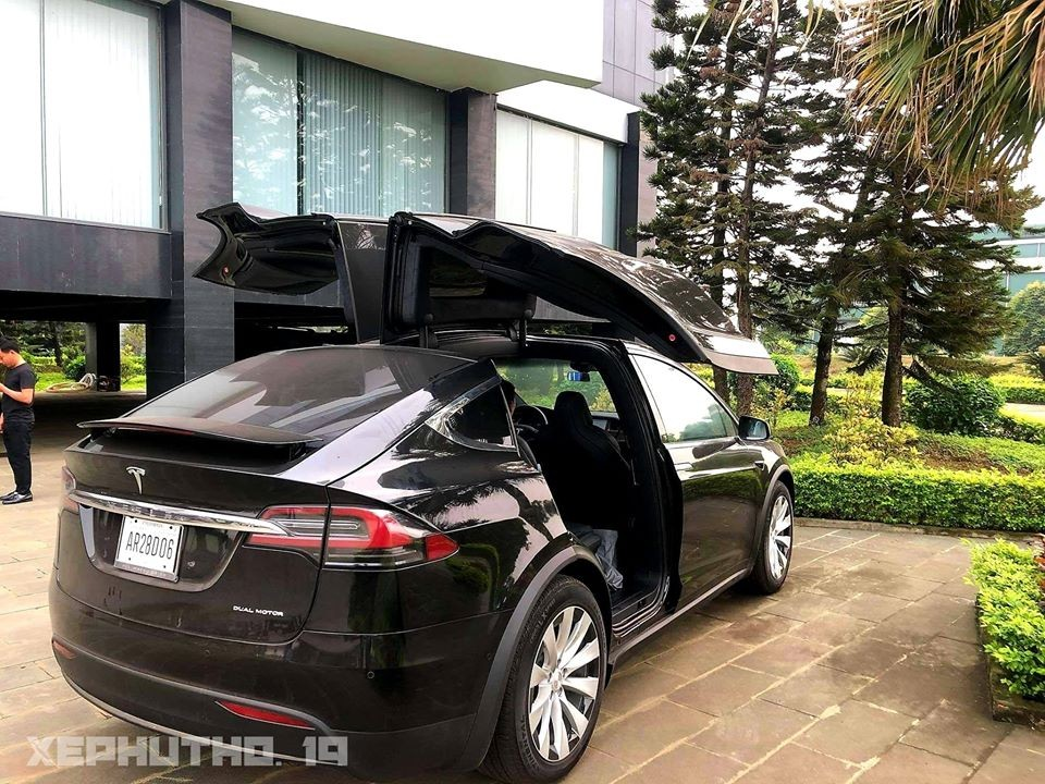 The first Tesla Model X in Phu Tho has a silver wheel kit that is not in line with the other 5 cars in Vietnam