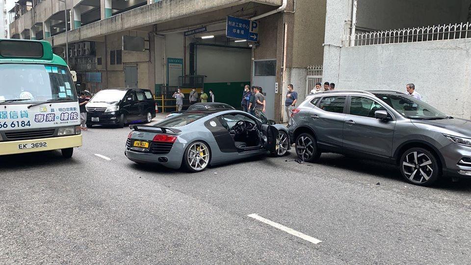 Hiện trường vụ tai nạn của 5 chiếc xe trên đường phố Hồng Kông