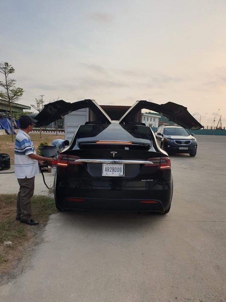 Cửa cánh chim của Tesla Model X có thể tự kích hoạt và đập cánh theo nền nhạc