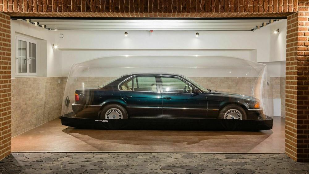 Chiếc BMW 740i nằm trong bong bóng bơm hơi suốt 2 thập kỷ