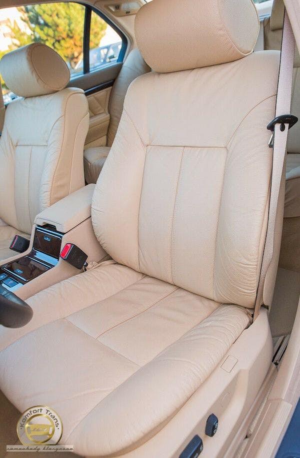 Ghế của chiếc BMW 740i được bọc da màu kem sang trọng