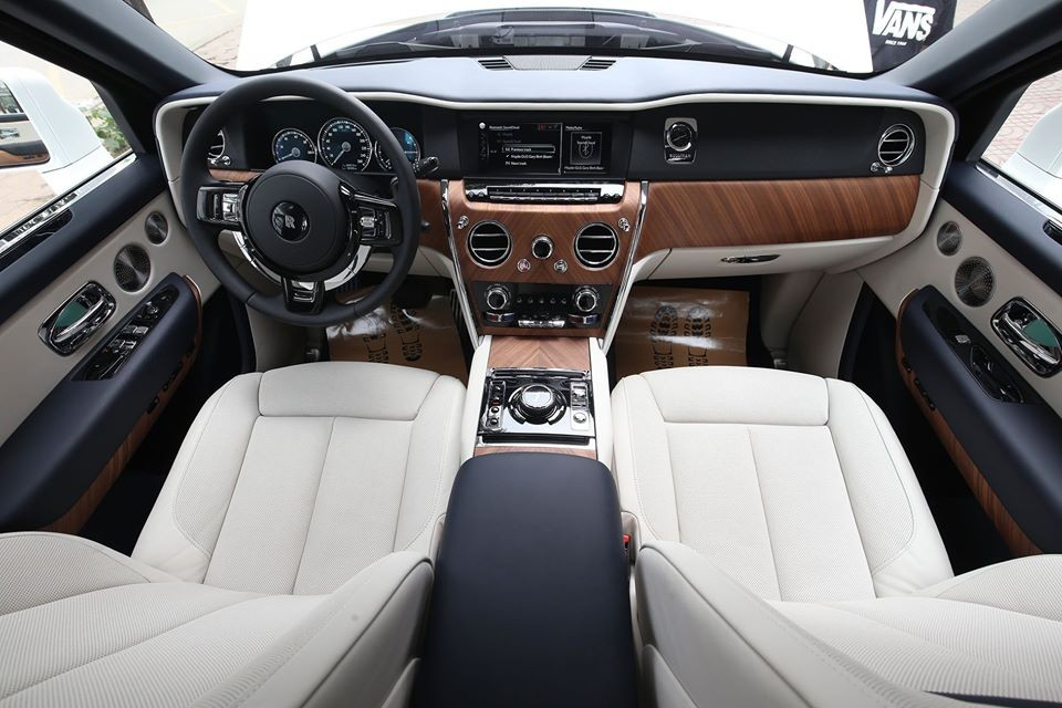 Khoang lái chiếc Rolls-Royce Cullinan mới về Thái Nguyên