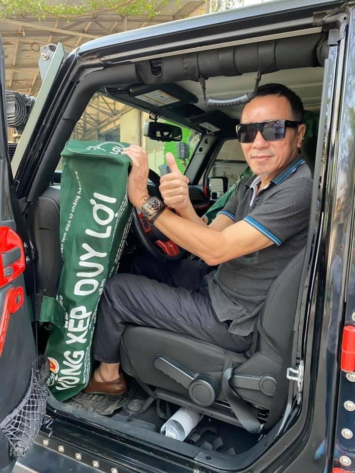 Ông Lâm Tấn Lợi cùng những chiếc võng xếp và xe Jeep Wrangler Unlimited Sport