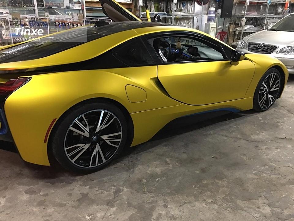 Ngoài ra còn phải kể đến các đường viền màu xanh dương hay bộ mâm 5 chấu kép sơn 2 tông màu tương phản. Ngoài bộ áo vàng nhám, chiếc xe thể thao này vẫn không có gì thay đổi ở hệ truyền động so với những chiếc BMW i8 khác đang có mặt tại Việt Nam.