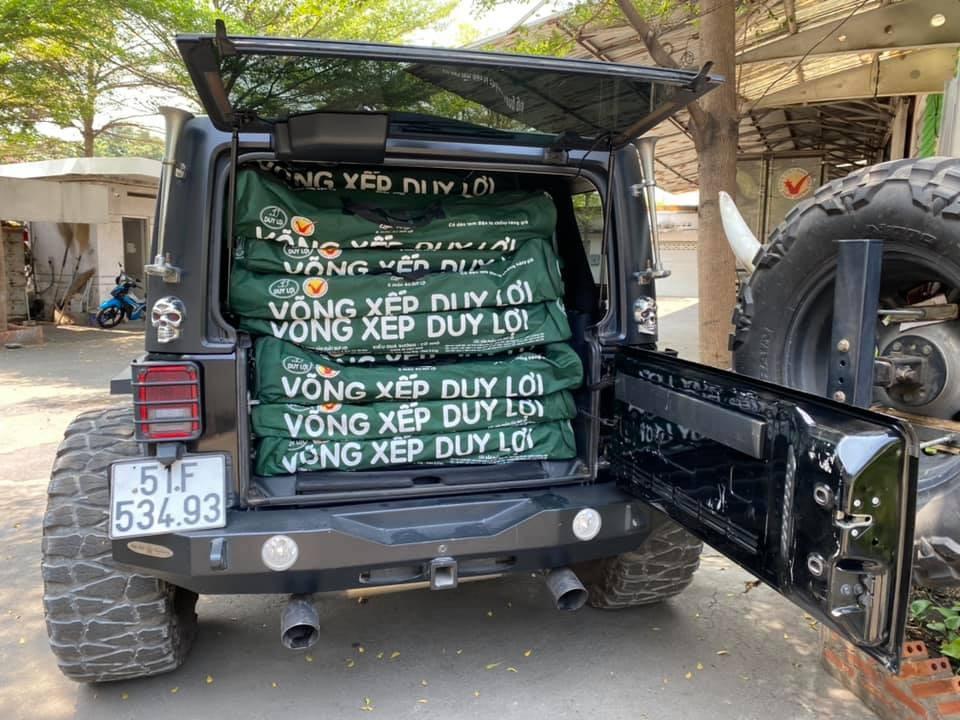 Chiếc Jeep Wrangler Unlimited Sport của ông chủ Duy Lợi được chất đầy võng xếp