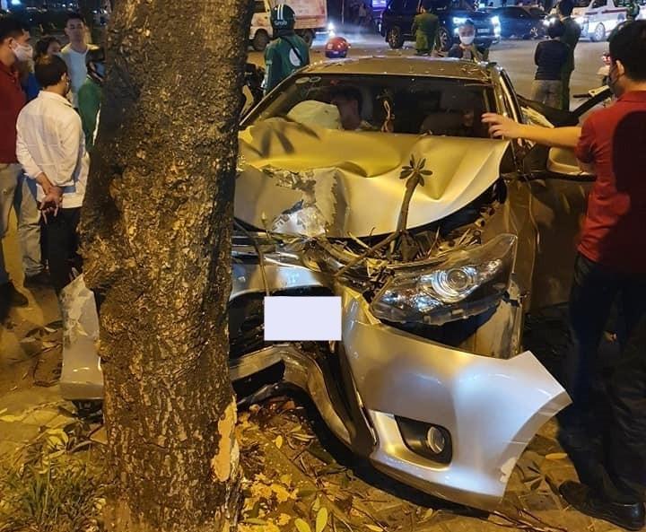 Chiếc Toyota Vios tông vào gốc cây bên đường