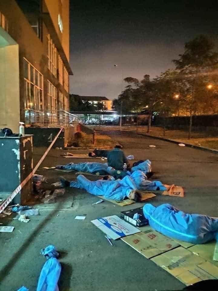 Hình ảnh những người hùng thầm lặng chống dịch Covid-19 tại ký túc xá Đại Học Quốc Gia phải ngủ ngoài trời
