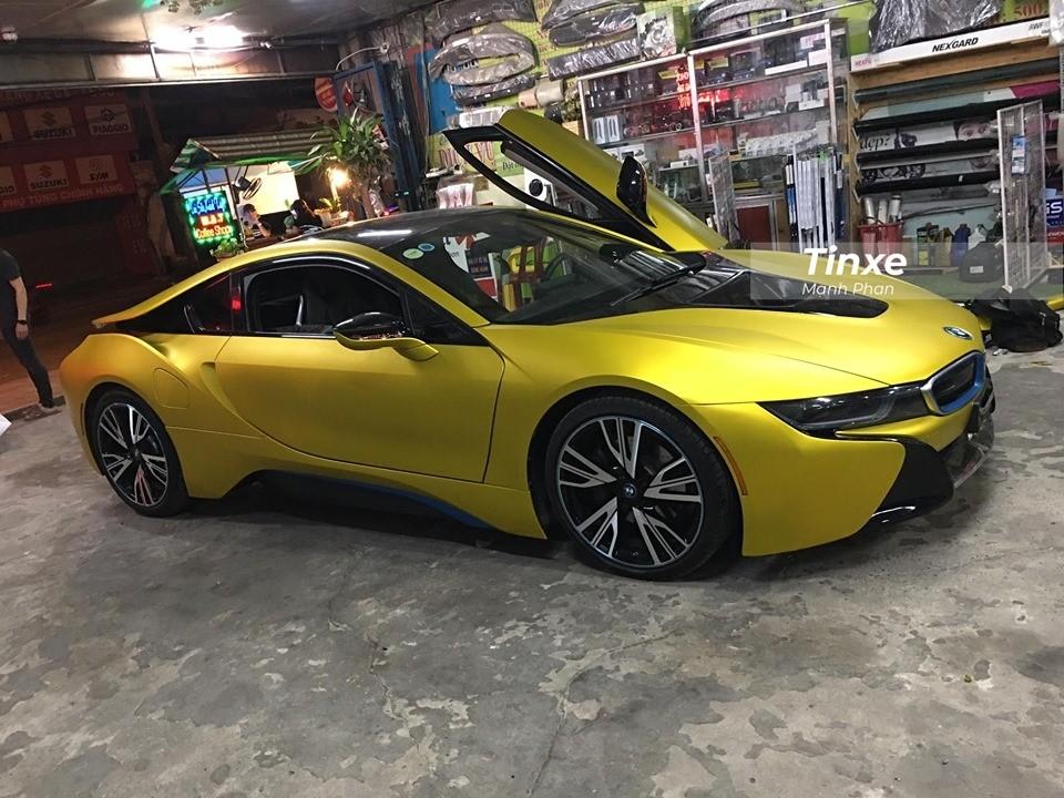 Mẫu xe thể thao BMW i8 mới thay áo vàng nhám vẫn sở hữu động cơ 3 xy lanh, dung tích 1.5 lít, TwinPower Turbo và một động cơ điện sản sinh công suất tối đa 131 mã lực và mô-men xoắn cực đại 250 Nm.
