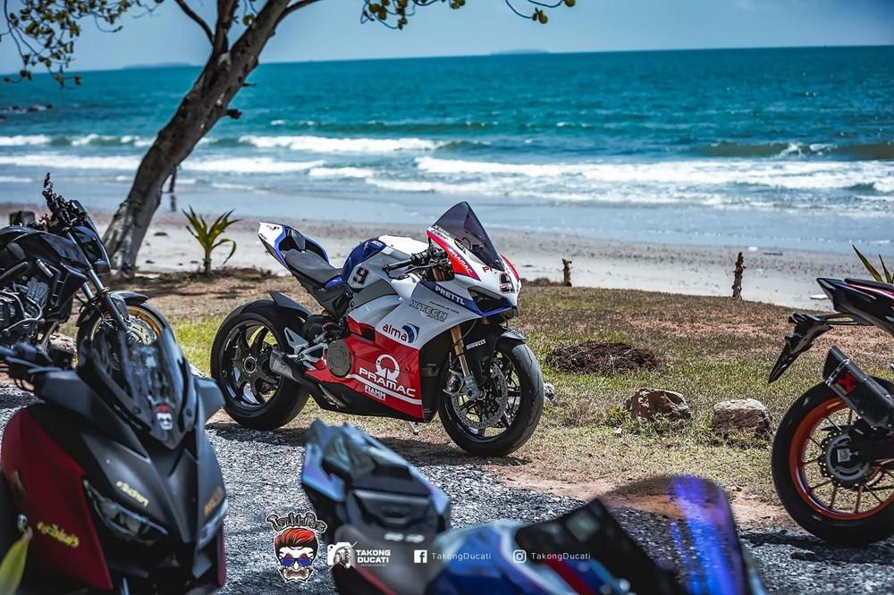 Ducati Panigale V4 độ Pramac cạnh bãi biển tại Thái Lan