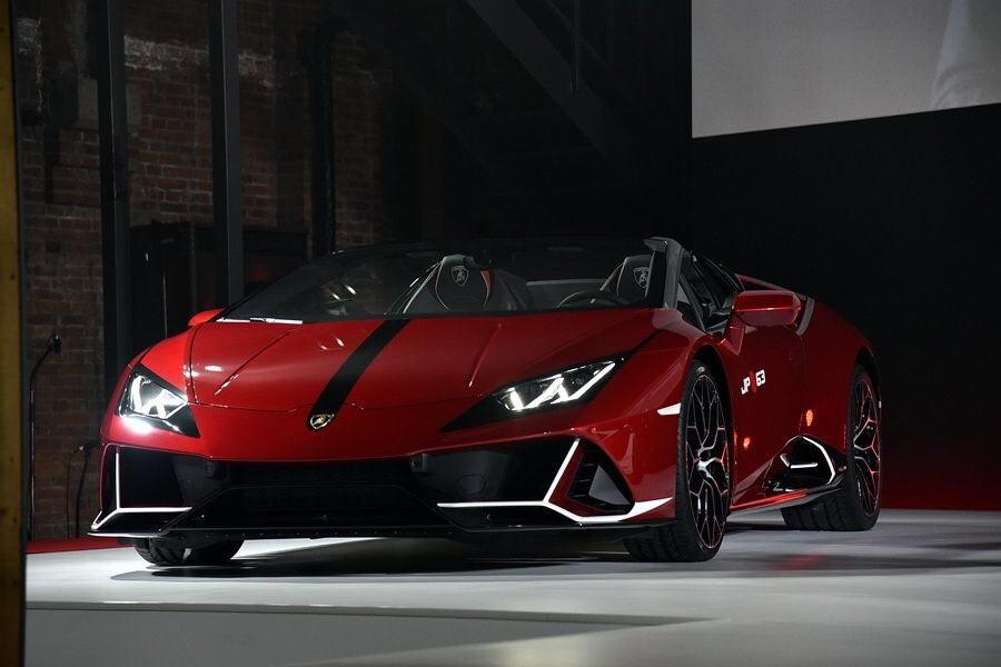 """Quả nhiên với Lamborghini Huracan EVO Spyder """"Kabuki"""", giới mê xe đã được một phen đầy mãn nhãn trước pha trình làng đầy ngoạn mục của một chiếc siêu xe Huracan EVO Spyder không chỉ mạnh mẽ, đầy khỏe khoắn mà vẫn đầy tính nghệ thuật."""
