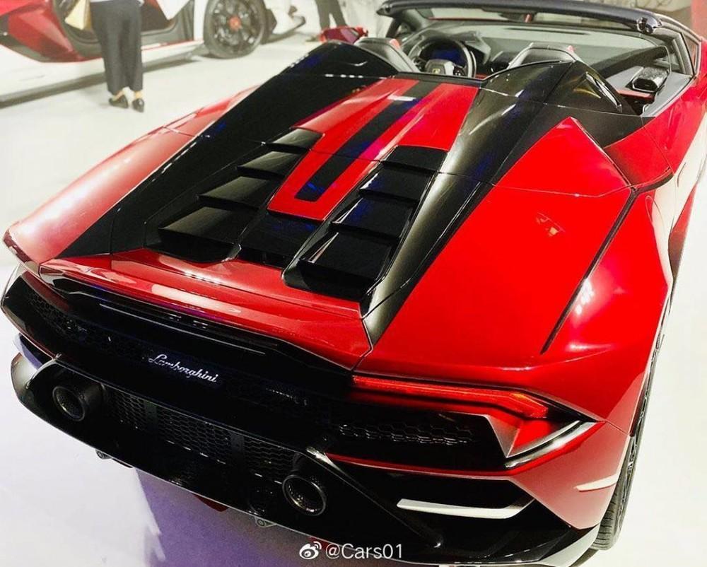 """Phần đuôi xe Lamborghini Huracan EVO Spyder """"Kabuki"""" hầm hố hơn với kiểu thiết kế 2 ống pô lớn đặt cao so với phiên bản cũ và phía dưới là hốc gió có chức năng cải thiện khí động học cho xe ."""