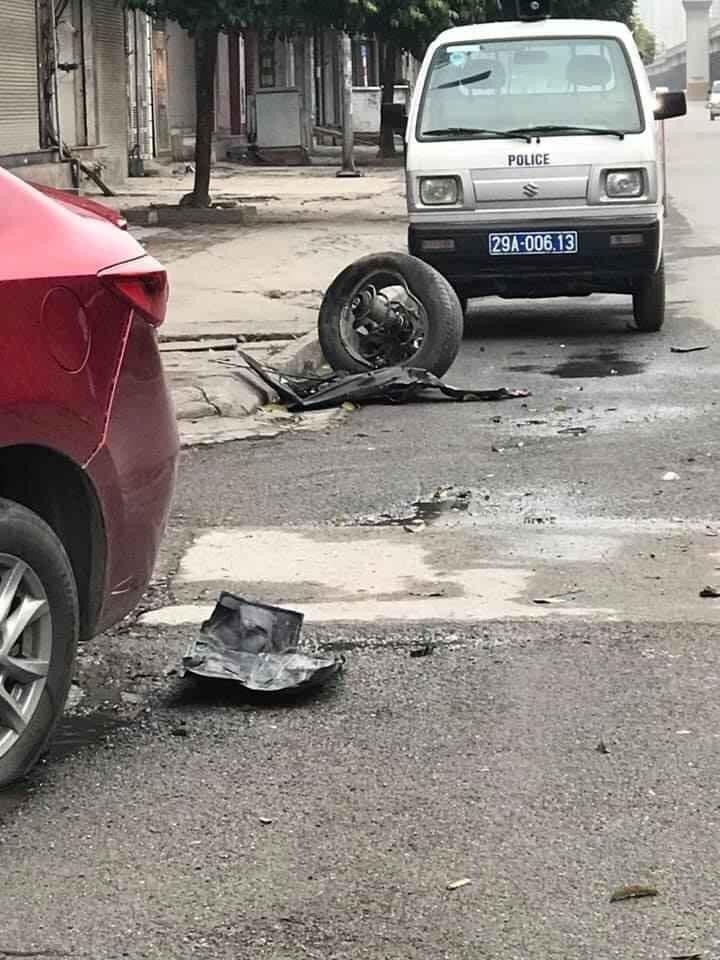 Một bánh xe của Mazda rơi ra khỏi xe