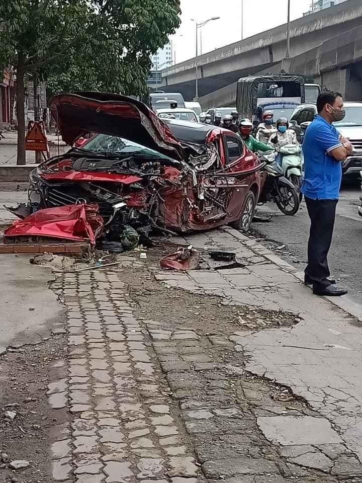 Chiếc xe Mazda hư hỏng nghiêm trọng