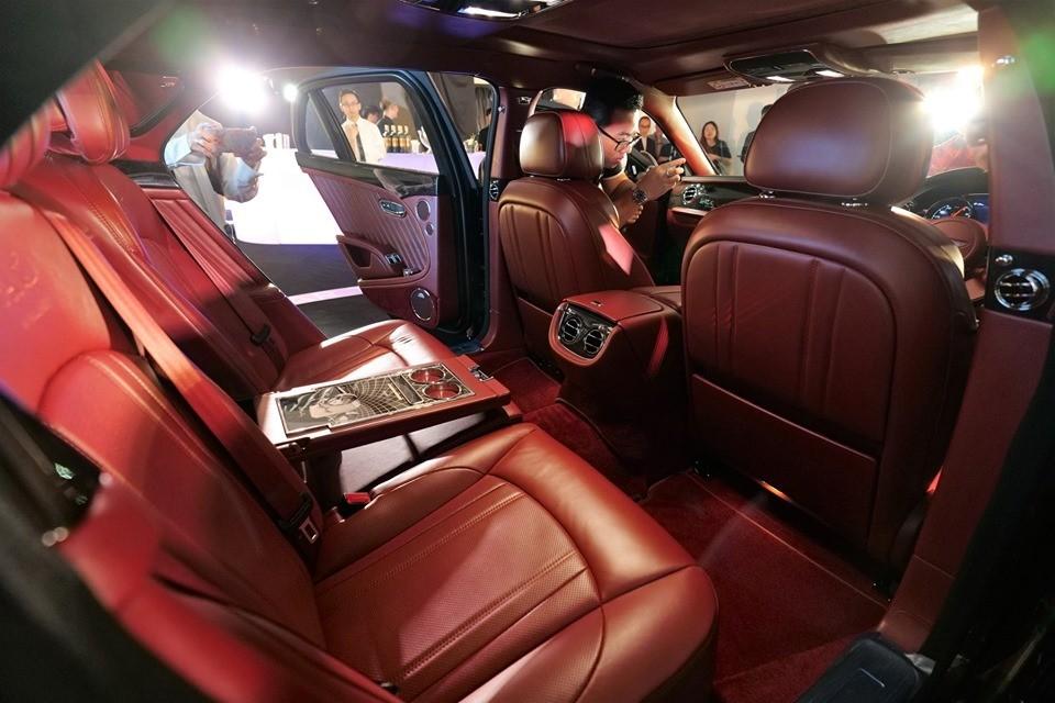 Cận cảnh nội thất của một chiếc xe siêu sang Bentley Mulsanne W.O. Edition. Có thể thấy nội thất bọc da màu đỏ toàn bộ từ ghế ngồi, trần xe đến thảm sàn