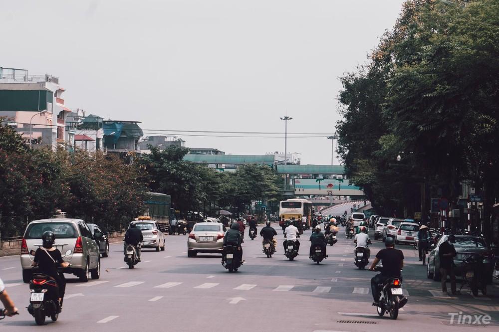 Đường Đê Trần Nhật Duật vẫn khá đông đúc xe qua lại nhưng lưu lượng thưa thớt