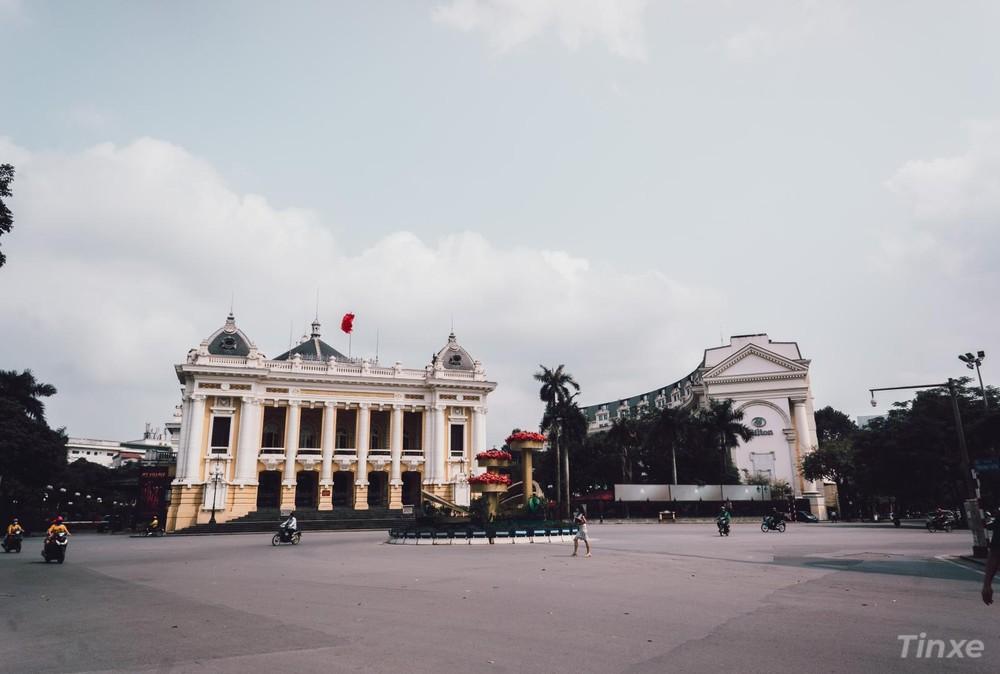Quảng trường trước cửa Nhà hát lớn Hà Nội