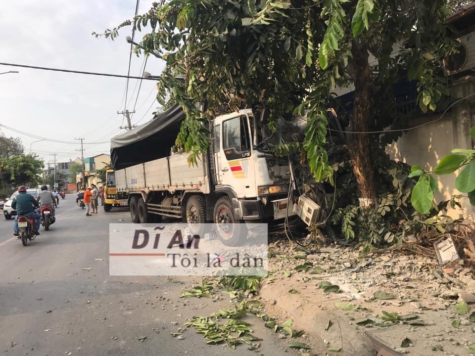 Chiếc ô tô tải bị hỏng nặng đầu xe
