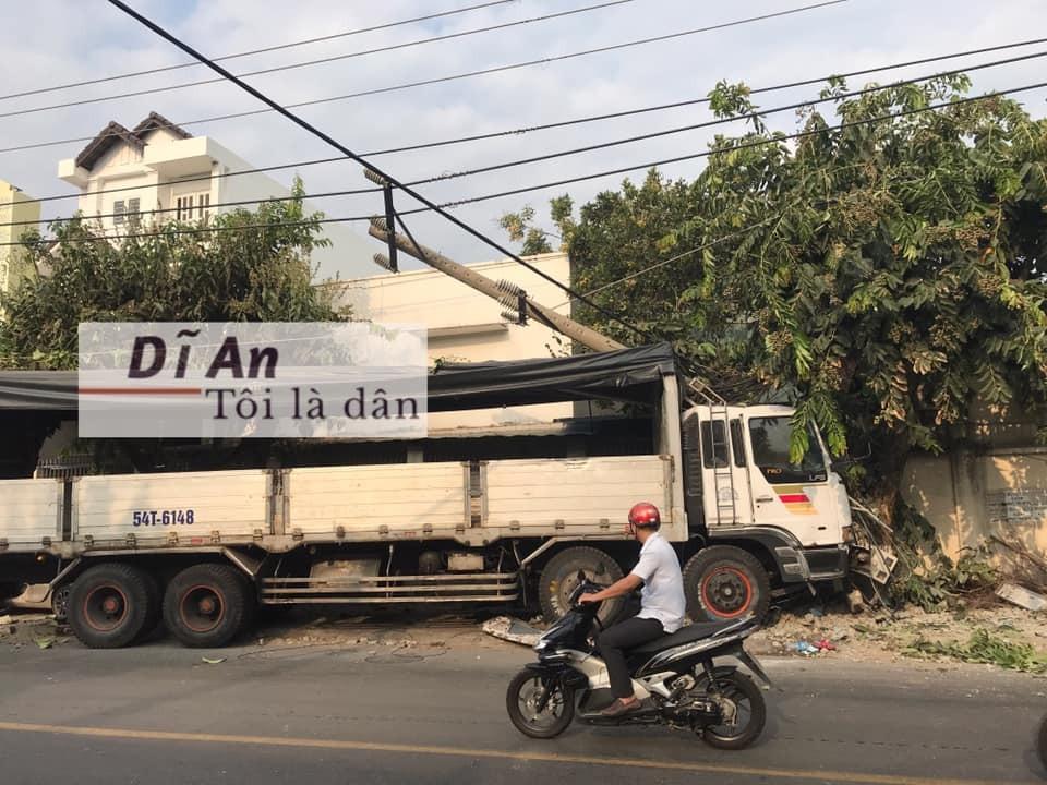 Chiếc ô tô tải còn tông gãy cột điện