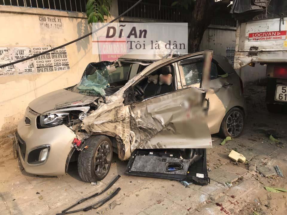Chiếc Kia Morning bị hư hỏng nặng sau vụ tai nạn