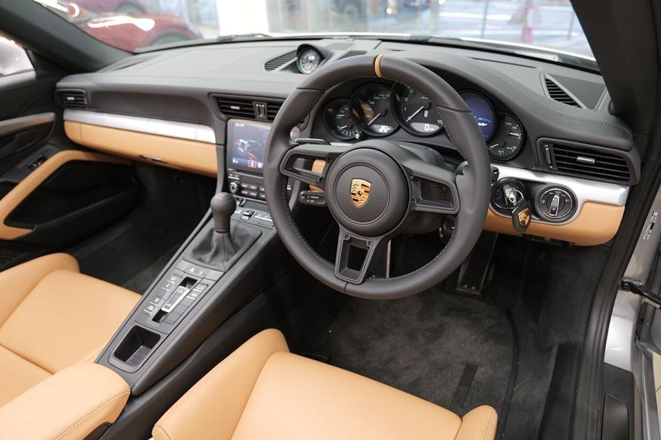 Toàn bộ số xe này sẽ có vô lăng nằm phía bên phải. Nguồn cảm hứng thiết kế của Porsche 911 Speedster 2020 vốn bắt nguồn từ đàn anh 356 Speedster trong quá khứ. Thế nhưng, trái tim của mẫu xe mui trần hạng sang này lại lấy từ Porsche 911 GT3 .