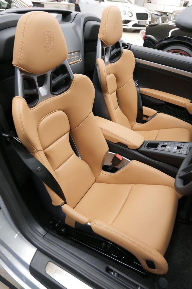 Nội thất chiếc siêu xe Porsche 911 Speedster đầu tiên đến khu vực hành chính đặc biệt của Trung Quốc có ghế ngồi bọc màu da bò, tựa đầu ghế ngồi của xe thêu logo hãng Porsche thay vì dòng chữ Speedster.