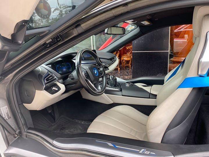 Nội thất chiếc xe BMW i8 rao bán 3,8 tỷ đồng