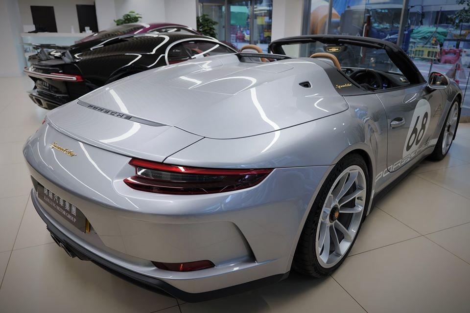 Porsche 911 Speedster đầu tiên đến Hồng Kông có giá bán từ 5,2 triệu đô la HKD, tương đương 15,6 tỷ đồng. Chiếc xe này sở hữu màu sơn bạc ở nửa thân sau và phần đầu xe có màu trắng. Chưa hết, xe còn có con số 68 ở nắp capô cũng như bên hông xe.
