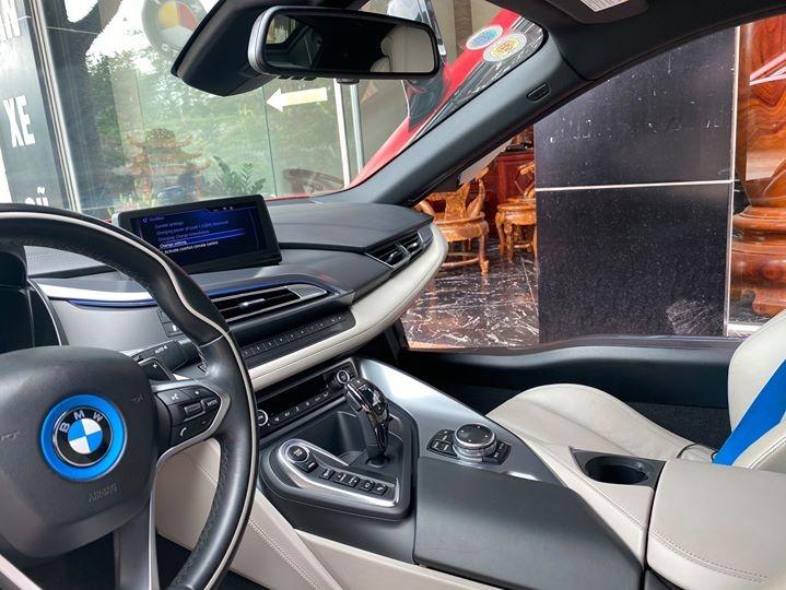 Xe thể thao BMW i8 sử dụng động cơ hybrid lai giữa xăng và điện