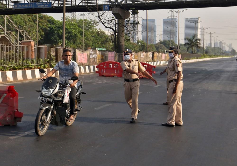Người đàn ông thông chốt cảnh sát đang phong toả thành phố để chống dịch Covid-19