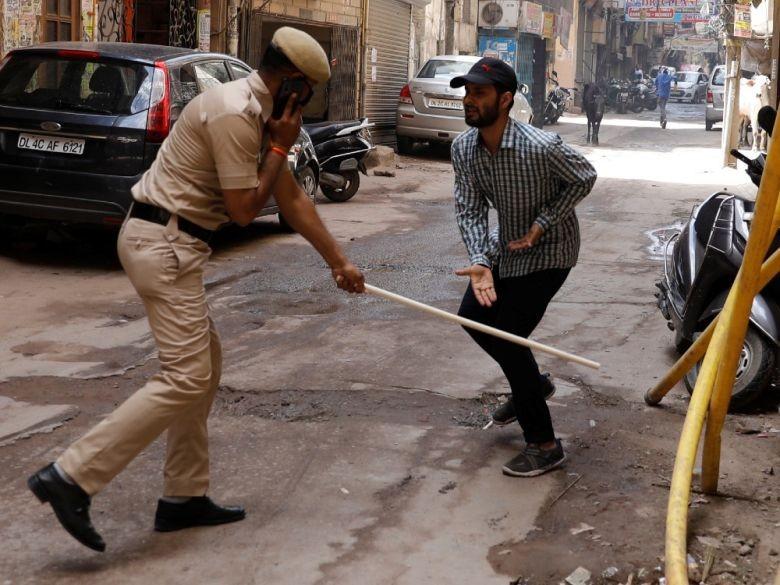 Một người đàn ông ra đường bị cảnh sát quật roi