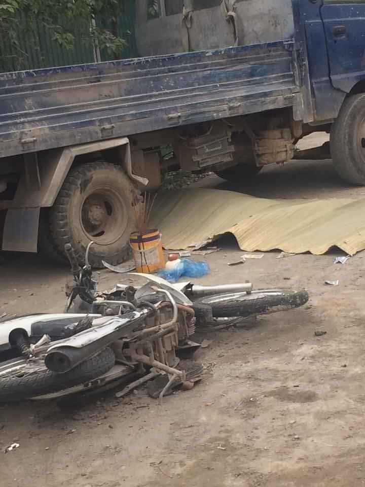Người đi xe máy bị hất văng vào gầm ô tô tải và tử vong