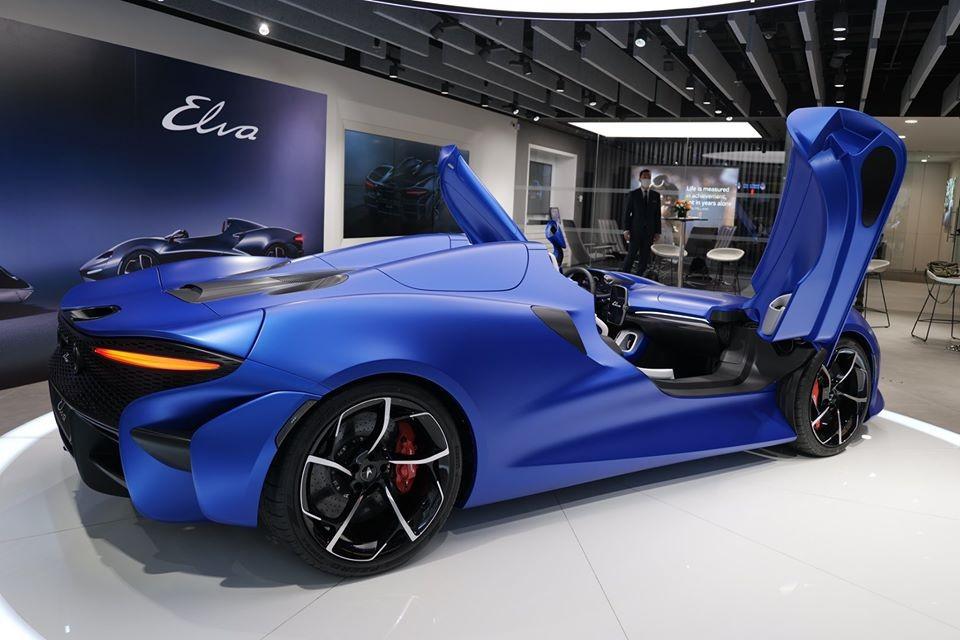 Chiếc siêu xe McLaren Elva đến Hồng Kông lần này có màu xanh dương nhám rất đẹp mắt và nổi bật. Đi cùng với đó là nhiều chi tiết carbon và bộ mâm sơn 2 tông màu tương phản.