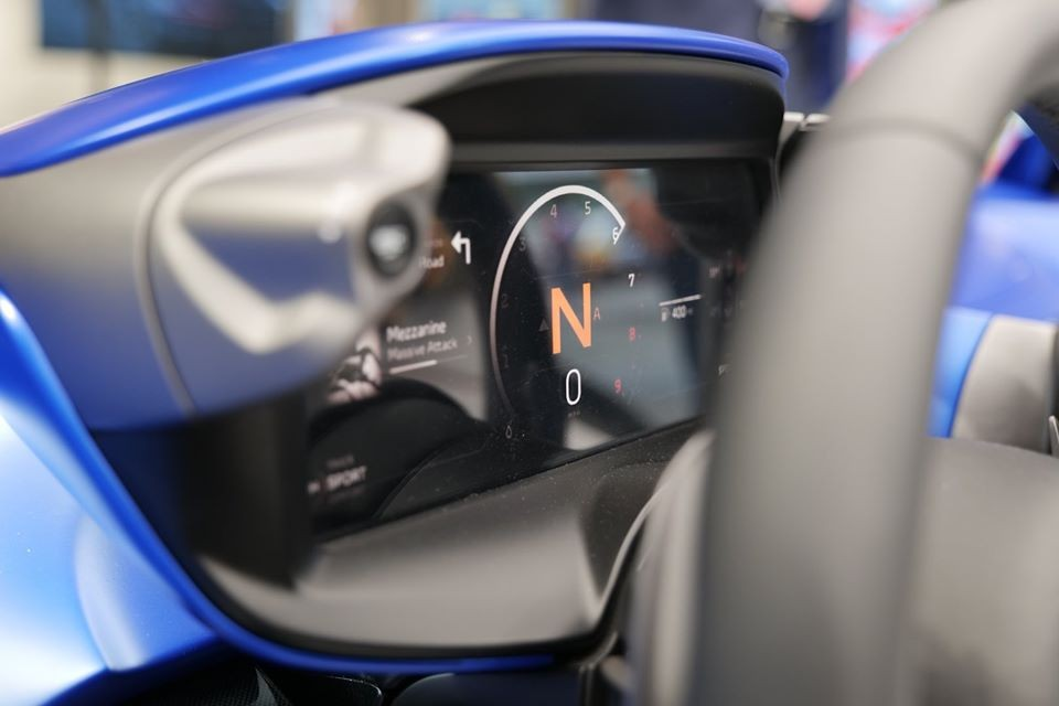 Động cơ tạo ra công suất tối đa 804 mã lực và mô-men xoắn cực đại 800 Nm. Toàn bộ sức mạnh này được truyền đến cầu sau thông qua hộp số 7 cấp ly hợp kép. Nhờ đó, McLaren Elva có thể tăng tốc từ 0-100 km/h trong thời gian chưa đầy 3 giây và 0-200 km/h trong 6,7 giây.