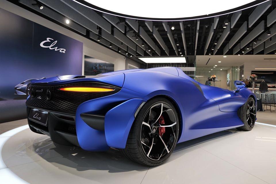 McLaren Elva sở hữu thiết kế mui trần với khoang lái mở, không hề có kính chắn gió hay kính cửa sổ. Bên cạnh đó, xe còn được trang bị hệ thống kiểm soát khí lưu thông minh AAMS giúp người lái cảm thấy thoải mái khi chạy ở tốc độ cao. Ở phần lớn các thị trường, kính chắn gió cố định sẽ được cung cấp cho McLaren Elva như trang bị tùy chọn.