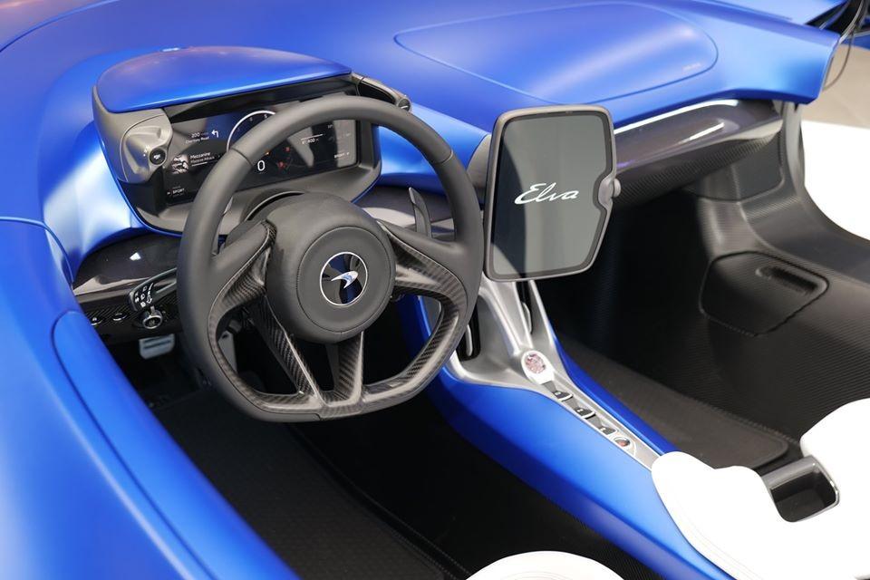 Vô lăng của McLaren Elva và phía bên hông là màn hình giải trí của xe.