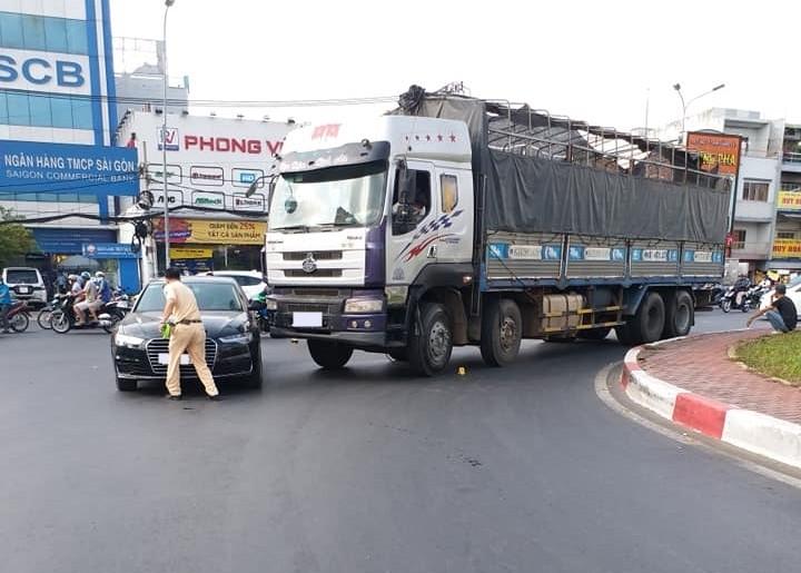 Hiện trường vụ tai nạn của xe tải và Audi A6 tại vòng xoay Phú Lâm
