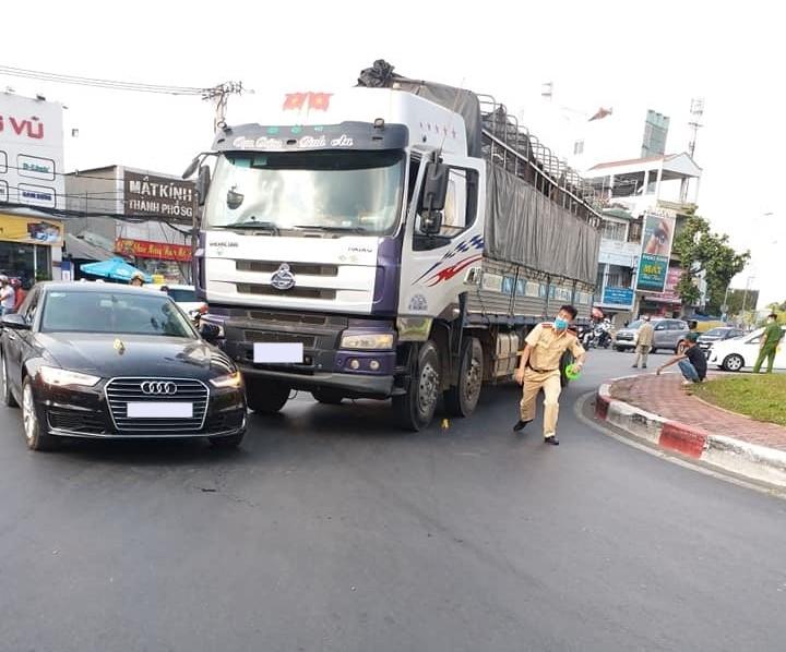 Lực lượng chức năng đang khám nghiệm hiện trường vụ tai nạn
