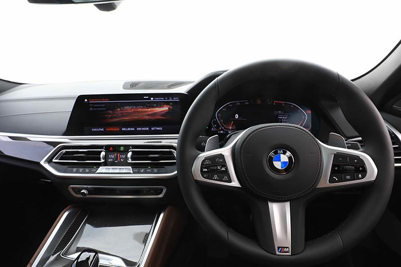 2 màn hình cỡ lớn của hệ thống BMW Live Cockpit Professional