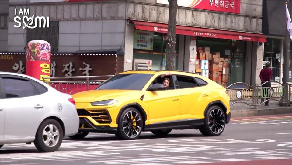 Jeon Somi lái chiếc siêu xe Lamborghini Urus trong chương trình truyền hình thực tế về cuộc sống hàng ngày của cô