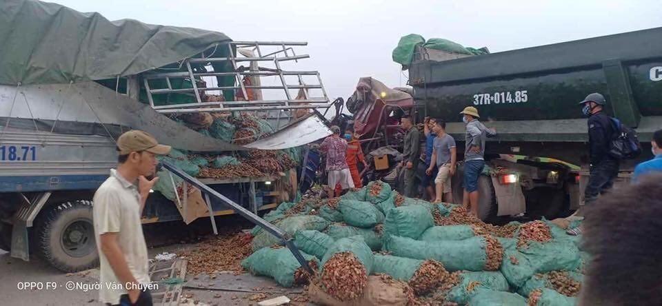 Hiện trường vụ tai nạn giữa 2 chiếc ô tô tải tại Nghệ An