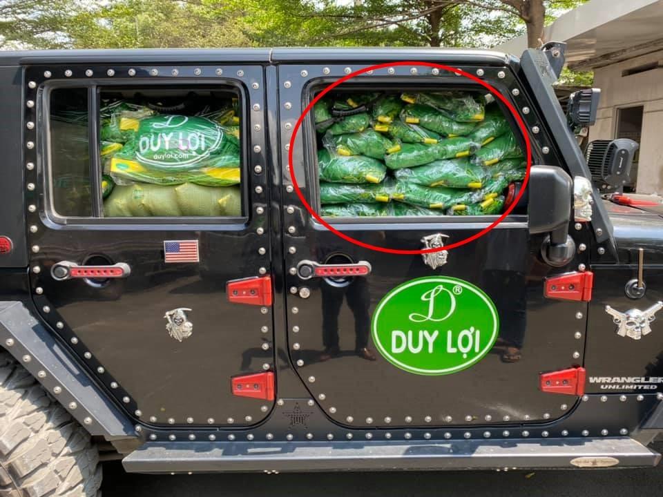 Do chất đầy các võng xếp nên người lái chiếc Jeep Wrangler Unlimited Sport không thể nhìn được gương bên phải
