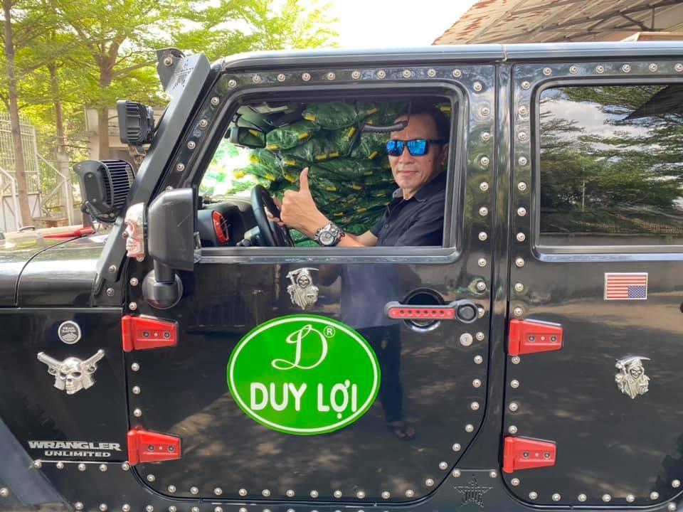 Ông Lâm Tấn Lợi lái xe Jeep Wrangler Unlimited Sport độ sừng cực dị đi giao 1.000 võng xếp để các mạnh thường quân trao tặng cho các chiến sĩ biên phòng