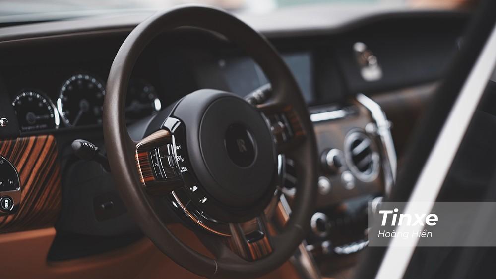 Vô-lăng nhẹ nhưng rất tinh tế của Rolls-Royce Cullinan chắc chắn sẽ thuyết phục bất kỳ ai đang muốn tìm kiếm một chiếc xe vừa êm ái, vừa rộng rãi, lại dễ vận hành.