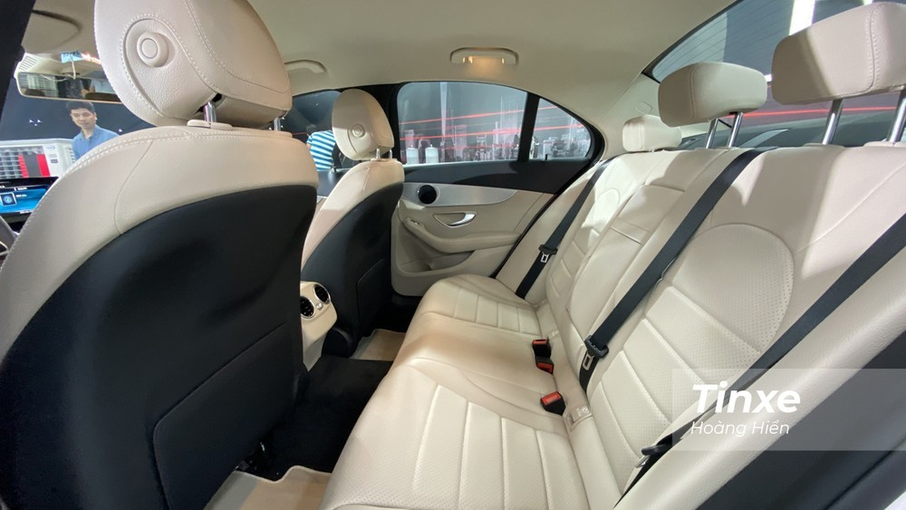 Hàng ghế thứ 2 của Mercedes C180 2020 không được rộng rãi