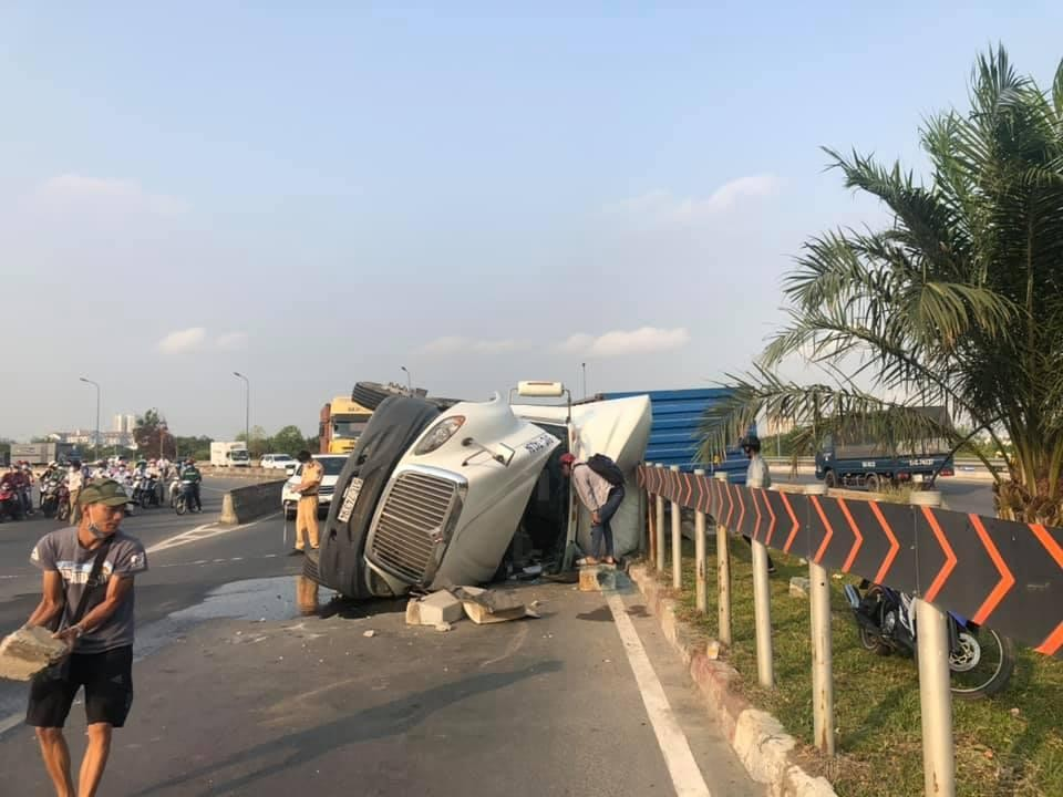 Chiếc xe container bị hư hỏng nặng sau vụ tai nạn